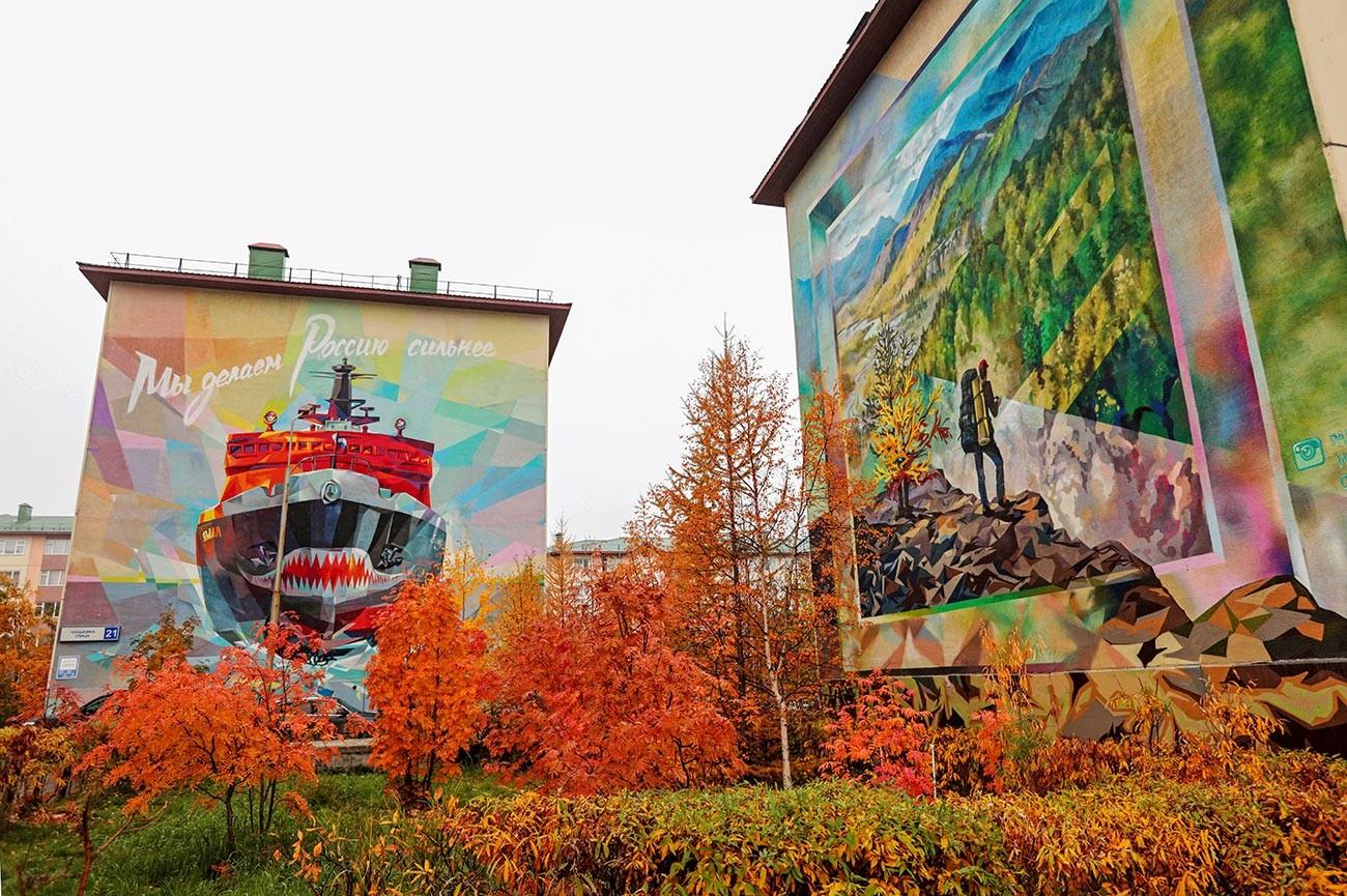 Граффити на фасадах жилых домов в Салехарде.