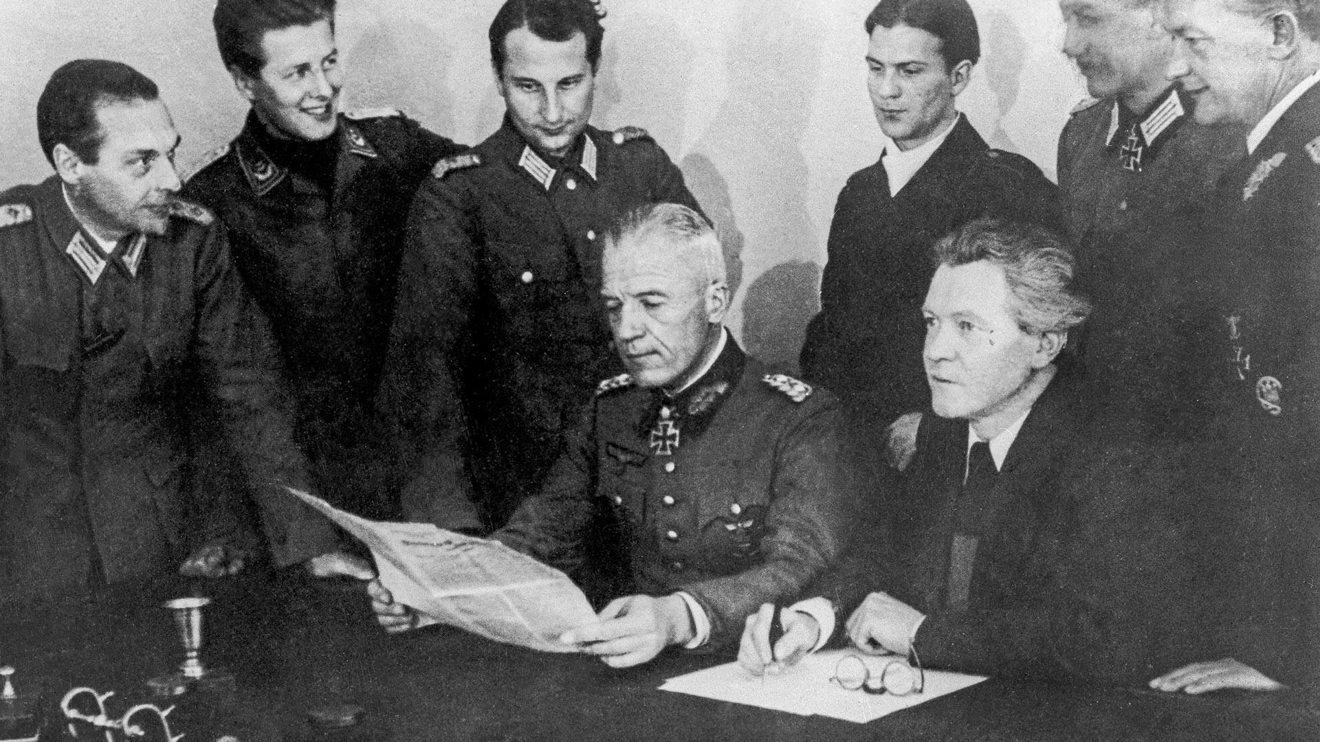 Predsednik narodnega komiteja Svobodna Nemčija pisatelj Erich Weinert (v prvi vrsti desno) in general von Seydlitz-Kurzbach na zasedanju komiteja