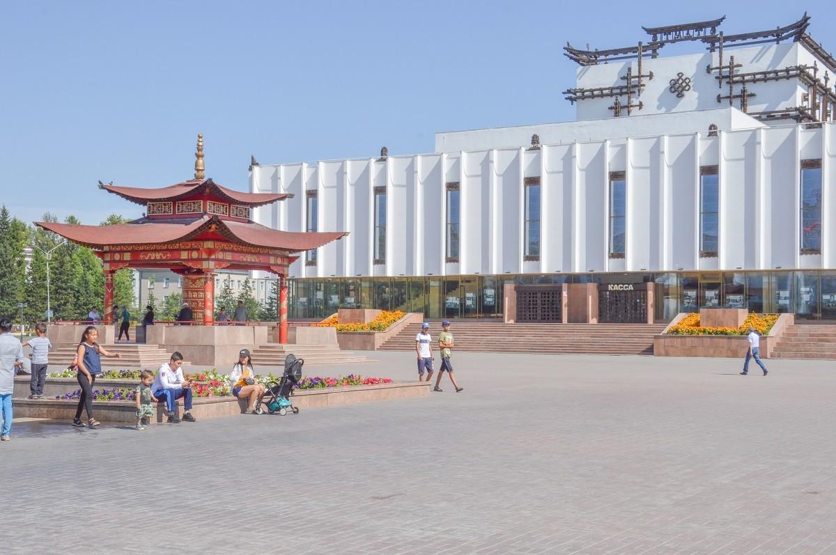 Place centrale de Kyzyl avec, en fond, le Théâtre national d'art musical et dramaturgique