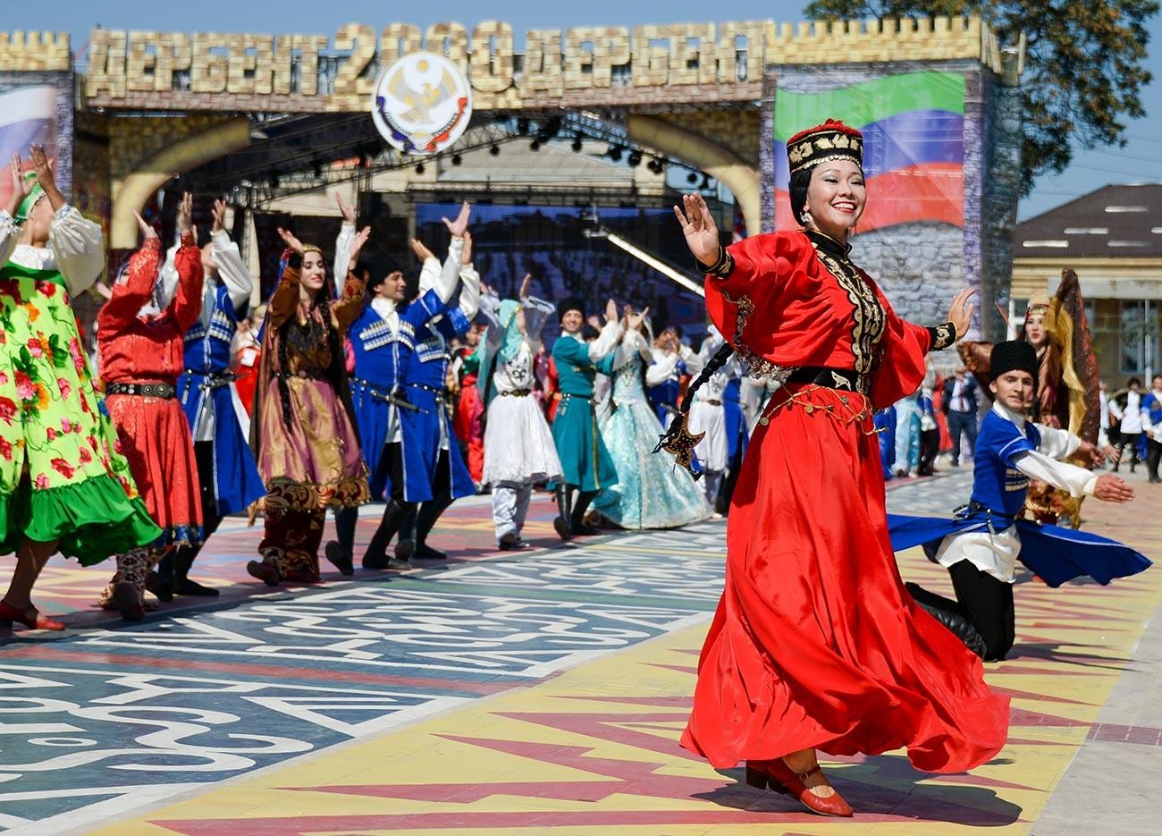Participants du festival des cultures des peuples du Daghestan lors des célébrations des 2000 ans de Derbent