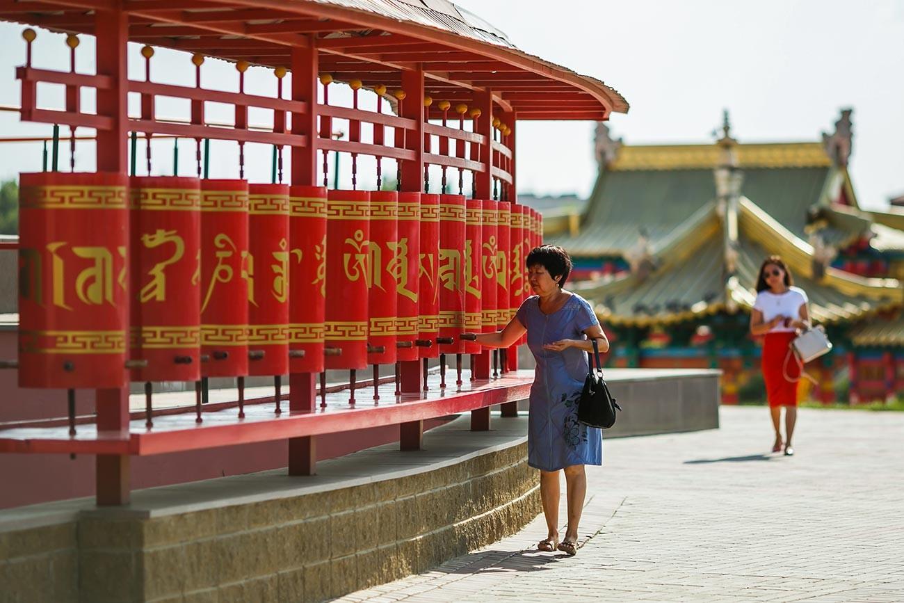 Moulins à prières installés autour du temple de L'Adobe d'or du bouddha Shakyamuni