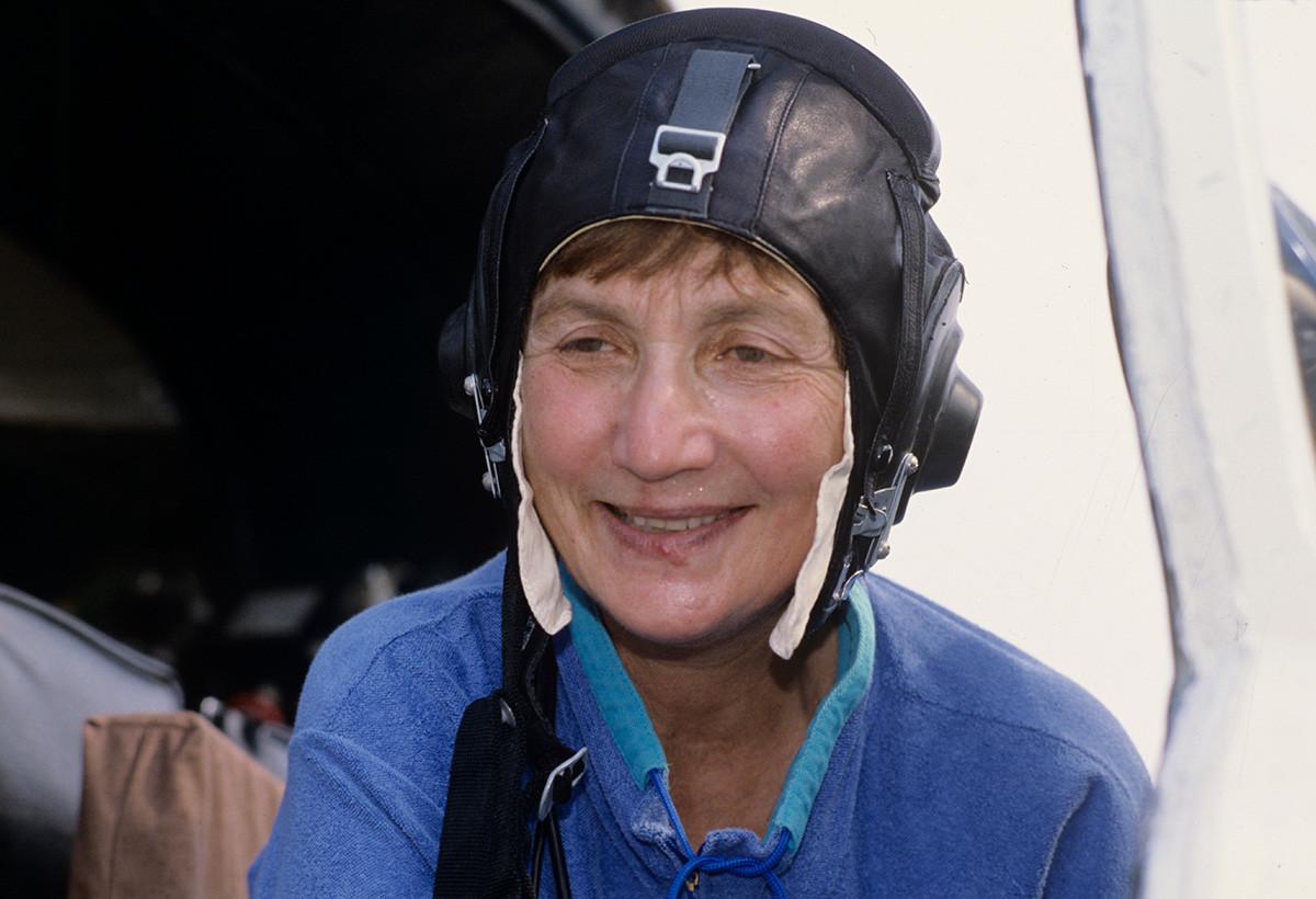 Летец-изпитател Галина Расторгуева, втори пилот Галина Кошкина и пилот-навигатор Людмила Полянска изпълняват полет от Москва до Маями. Полетът е посветен на 500-годишнината от откриването на Америка и 50-годишнината от програмата