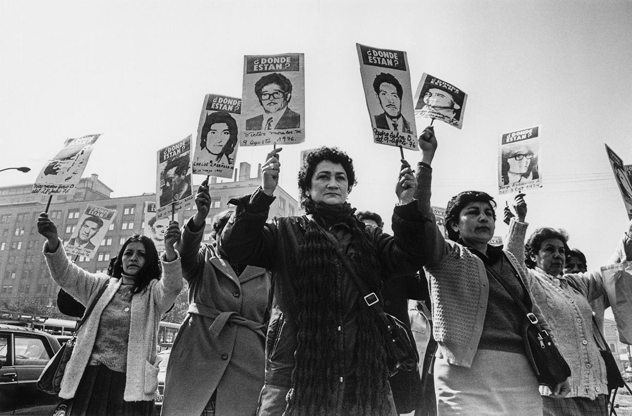 Mujeres de la Asociación de Familiares de Detenidos Desaparecidos se manifiestan frente al Palacio de La Moneda durante el régimen militar de Pinochet.