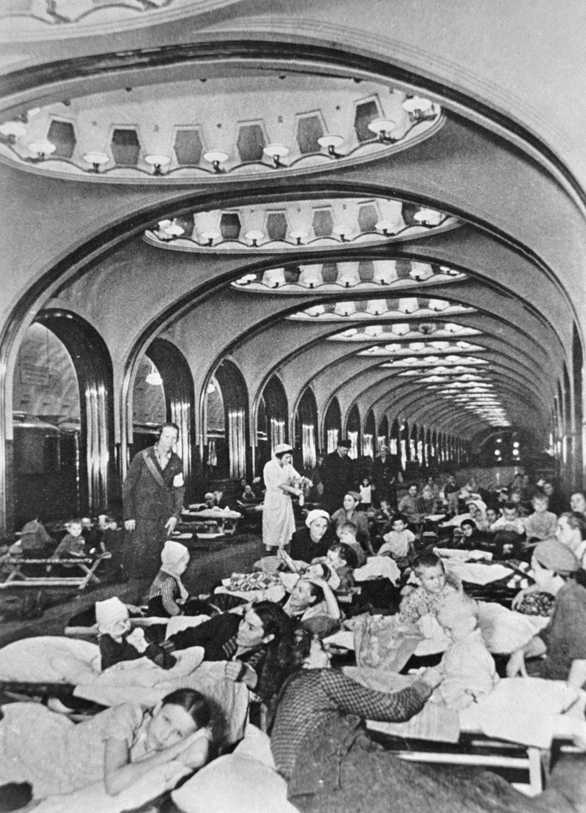La stazione Mayakovskaya della metro di Mosca durante la Seconda guerra mondiale, 1941