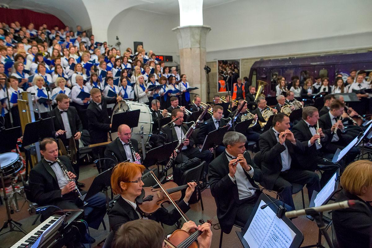 """Il coro e l'orchestra che hanno eseguito l'opera """"Cavalleria rusticana"""" di Pietro Mascagni nella stazione Kropotkinskaya"""
