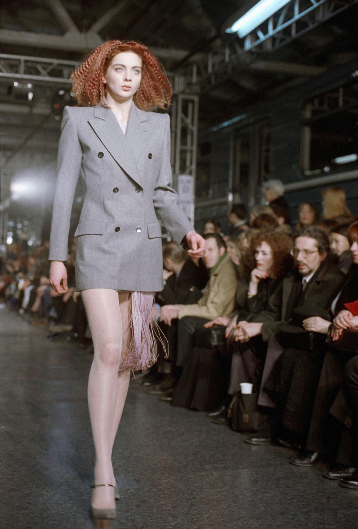 La sfilata di Givenchy in un deposito della stazione Sokol