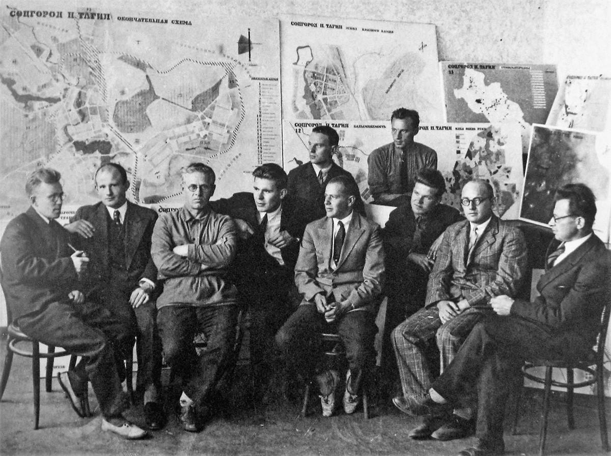 Groupe de travail d'Ernst May organisé pour un chantier à Nijni Taguil, en 1931. May est le 4e en partant de la droite.