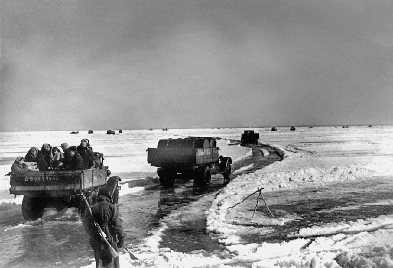"""""""Патот на животот"""" – замрзнат пат преку езерото Ладога преку кој се носела храна во Ленинград под опсада."""