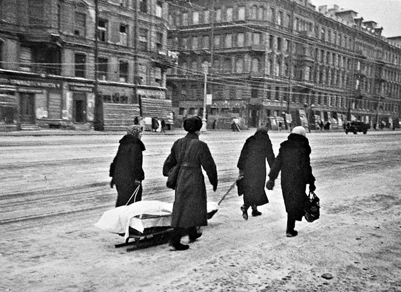 Посмртна поворка во Ленинград под опсада. Невска авенија.