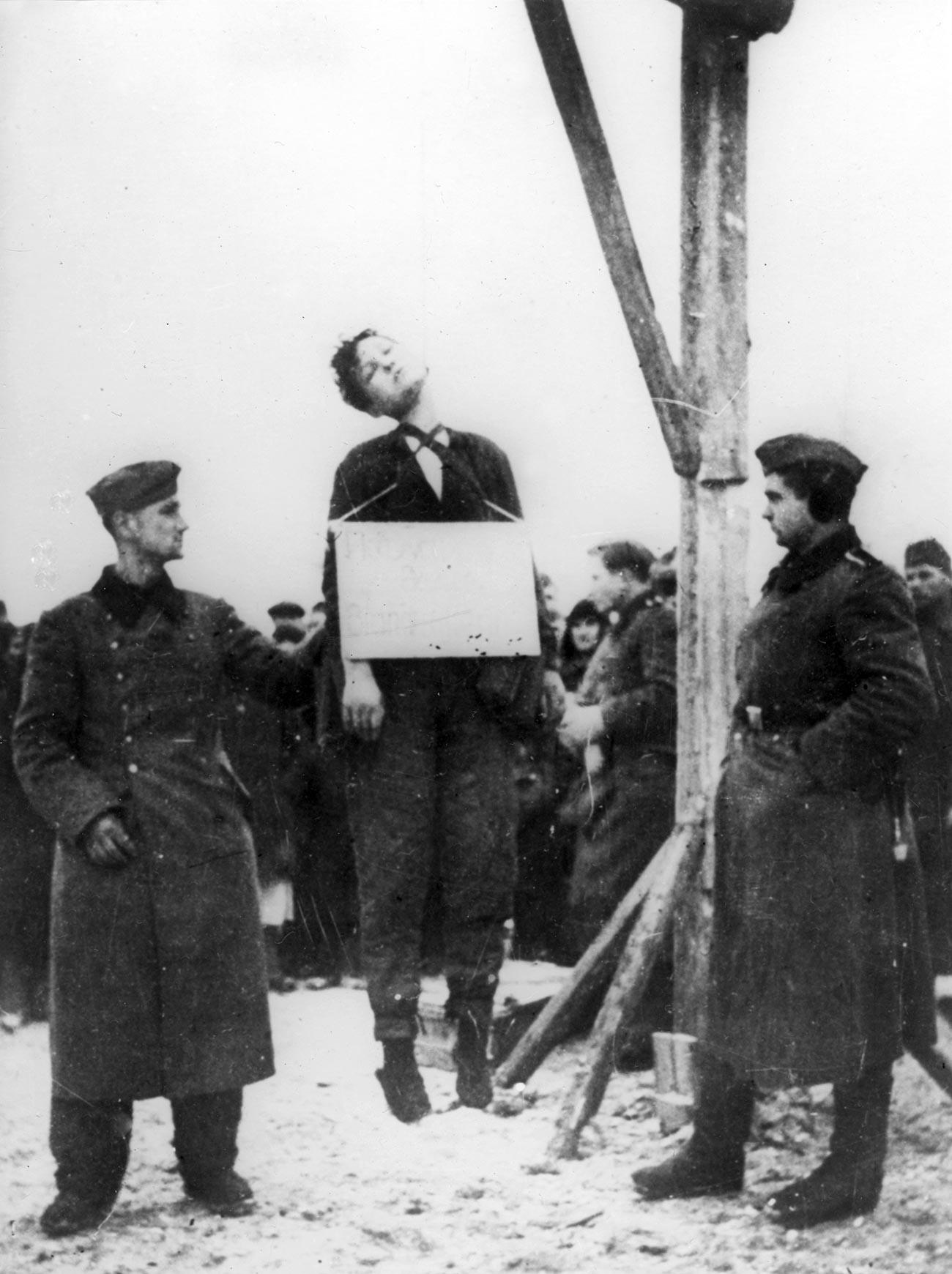 Ejecución de la saboteadora soviética Zoya Kosmodemyanskaya.