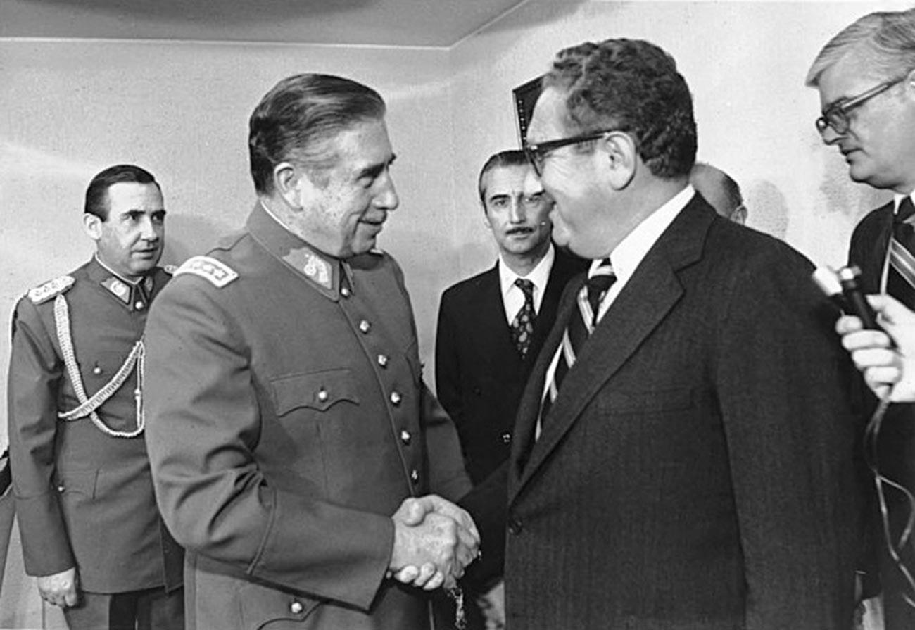 Menteri Luar Negeri AS Henry Kissinger (kanan) bertemu Pinochet pada 1976.
