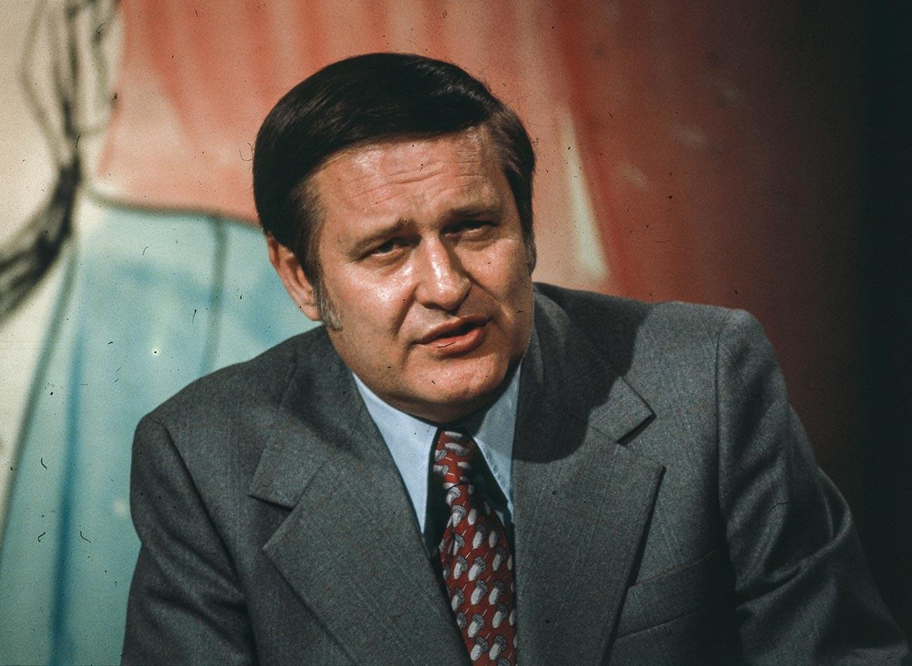 Jurnalis investigasi Amerika Jack Anderson saat membawakan acara TV.
