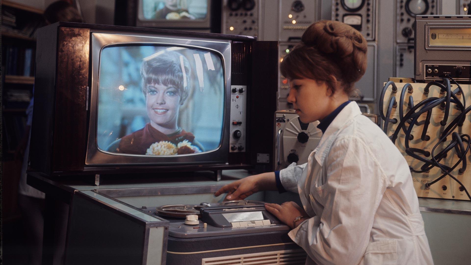 """Александровска фабрика радио-телевизијских уређаја (производно удружење """"Рекорд""""). Контролор проверава квалитет готових производа."""