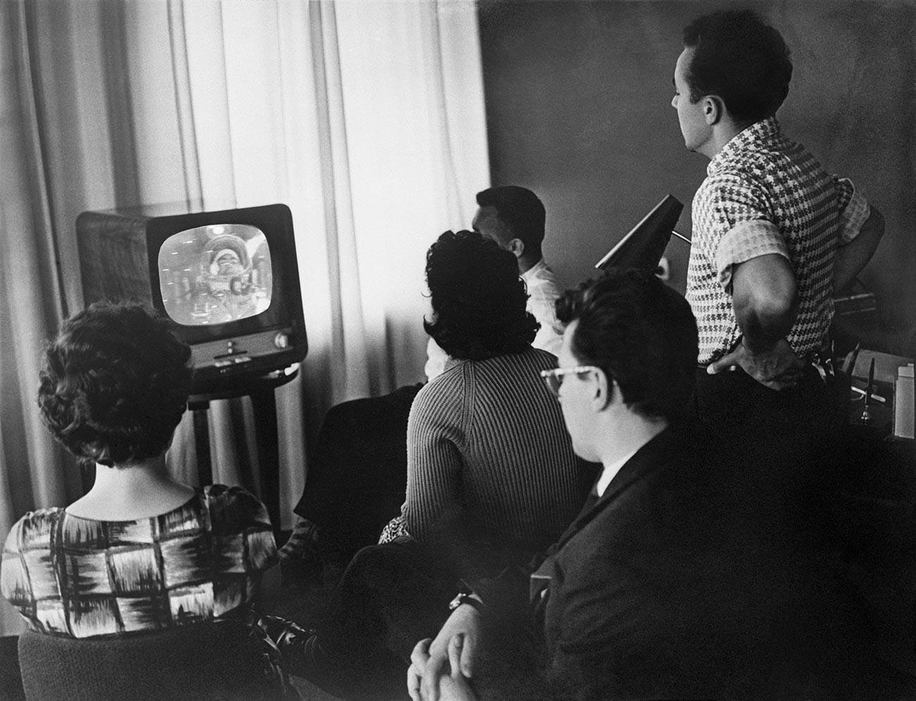 """Московљани гледају директан пренос са космичког брода """"Восток-3"""", 12. август 1962. године. На екрану се види космонаут Андријан Николајев."""