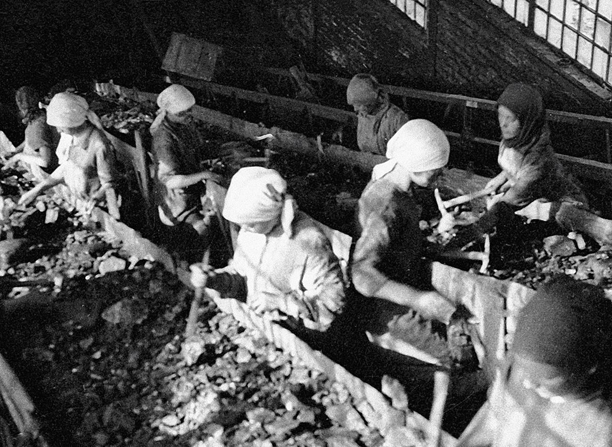 Menyortir batu bara di atas ban berjalan di tambang 'Golubovka' di Donbass.
