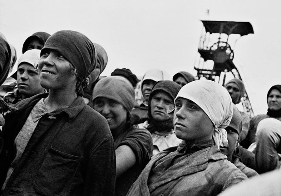 Para pekerja di tambang Gorlovka.