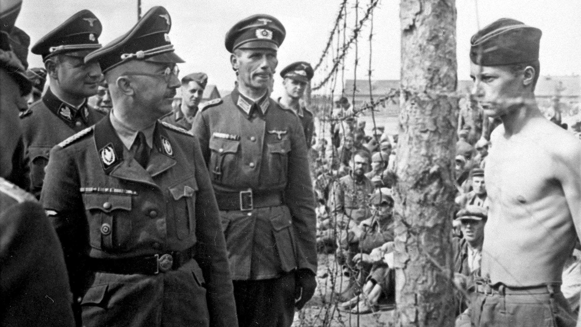 Heinrich Himmler visitando campo com prisioneiros de guerra soviéticos em 1942