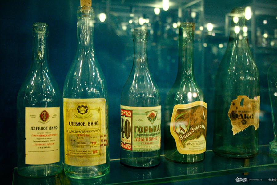 No centro, garrafa da primeira vodca soviética.