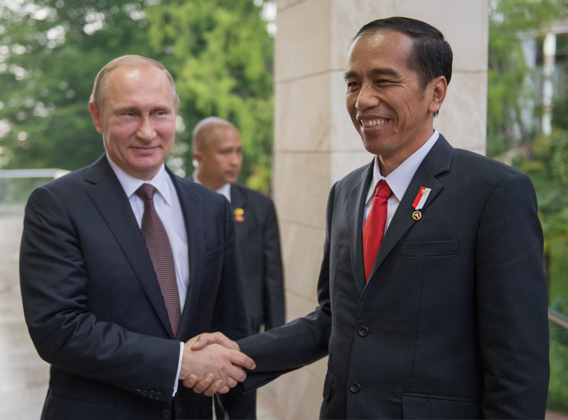 Presiden Rusia Vladimir Putin menyambut Presiden Indonesia Joko Widodo di keresidenan Bocharov Ruchei, di Sochi, 18 Mei 2016.