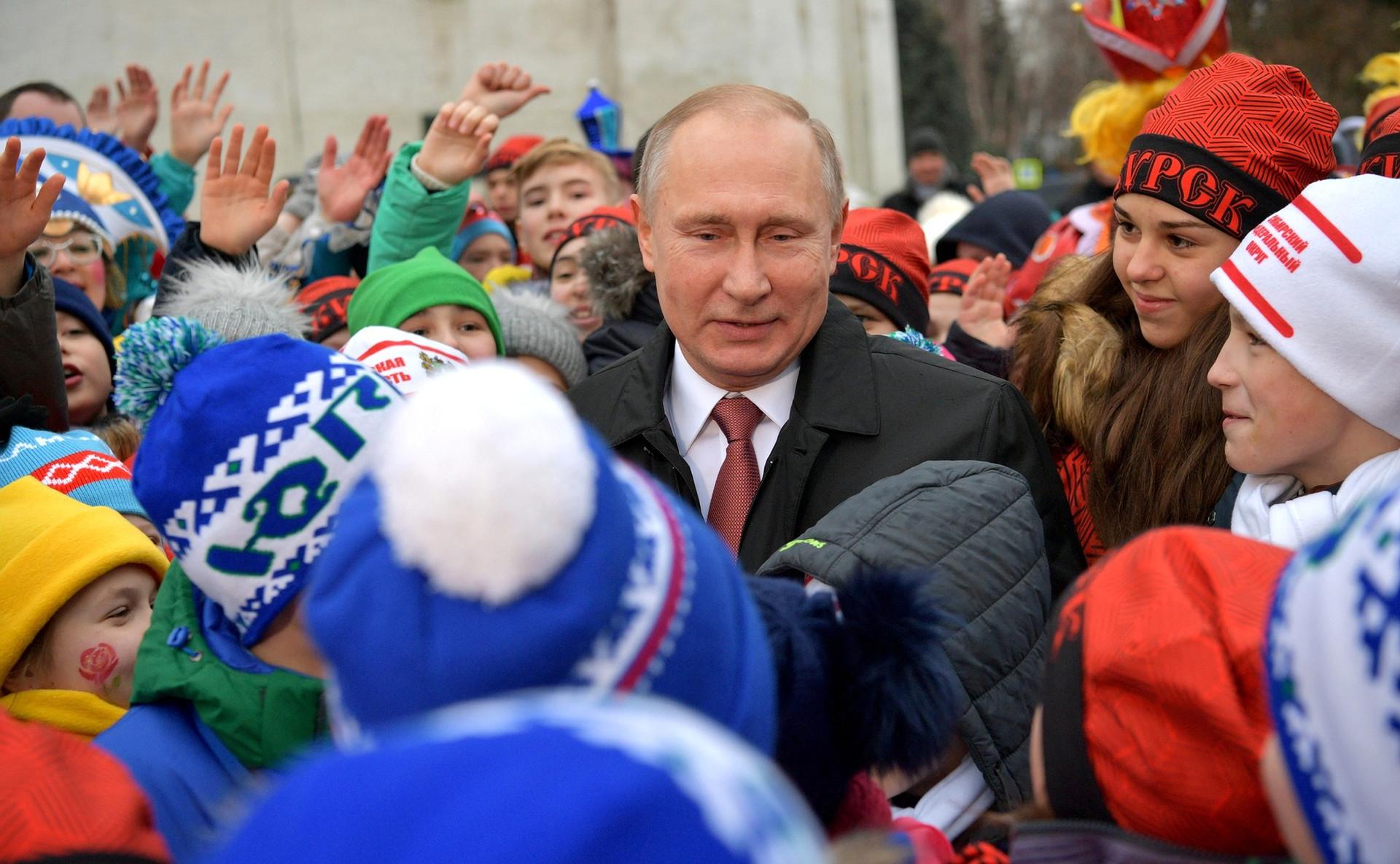 Presiden Rusia Vladimir Putin menyambut anak-anak pada pesta Tahun Baru di Lapangan Katedral, Kremlin, Moskow, 26 Desember 2017.