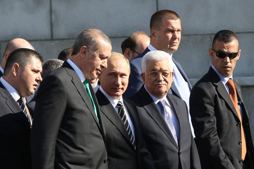 Presiden Rusia Vladimir Putin di antara Presiden Turki Recep Tayyip Erdoğan dan Pemimpin Palestina Mahmoud Abbas selama pembukaan Masjid Agung Moskow, 23 September 2015.