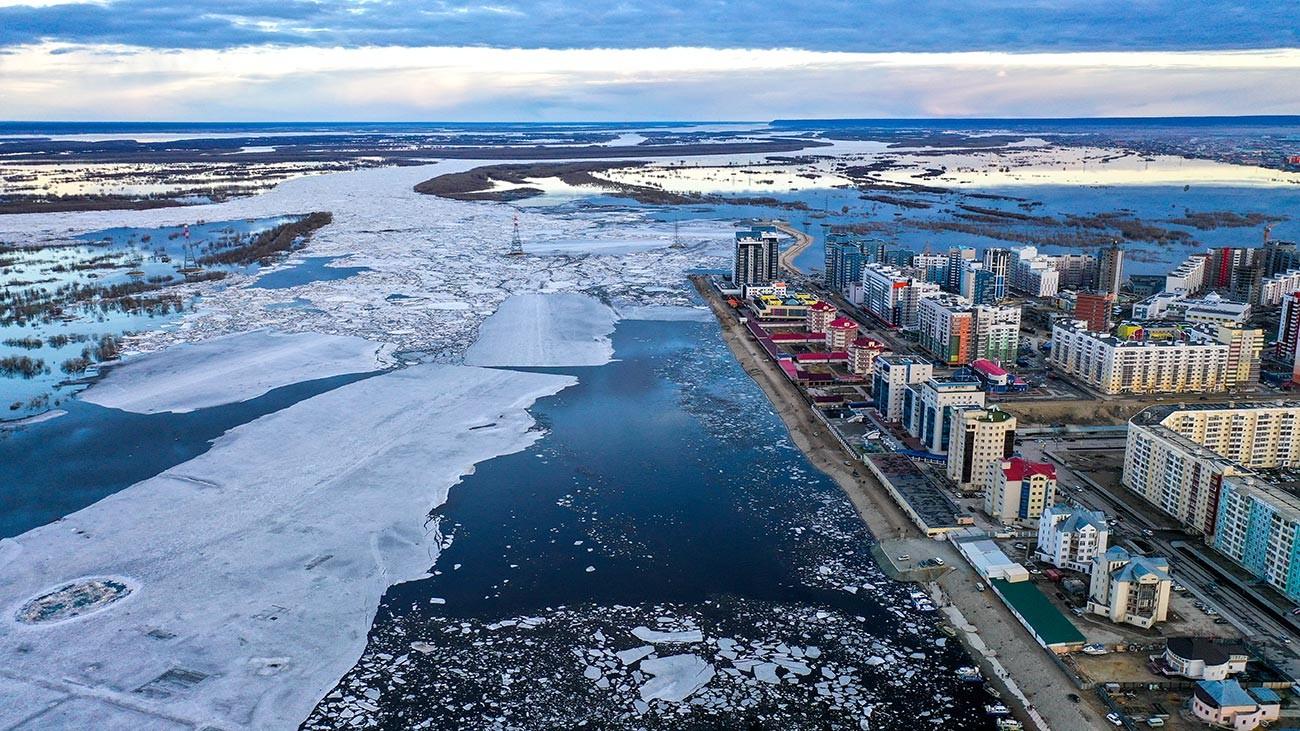 Республика Саха (Якутия). Якутск. Вид на ледоход на реке Лене. Протяженность ледохода составляет около 230 км.