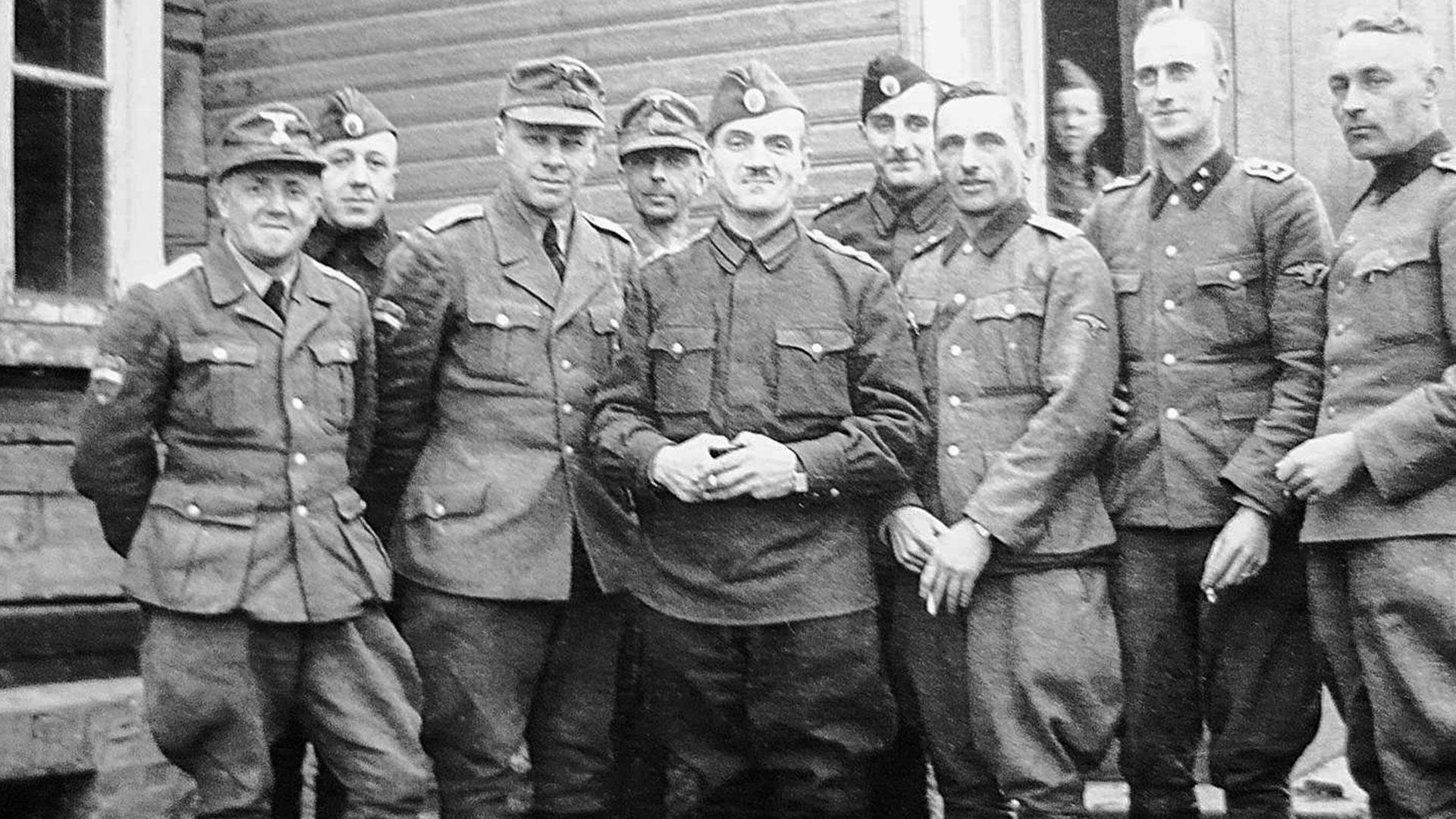 Officiers de la brigade SS Droujina. Constantine Kromiadi, l'un des fondateurs de l'Armée populaire nationale russе, au centre; Vladimir Guil à sa droite