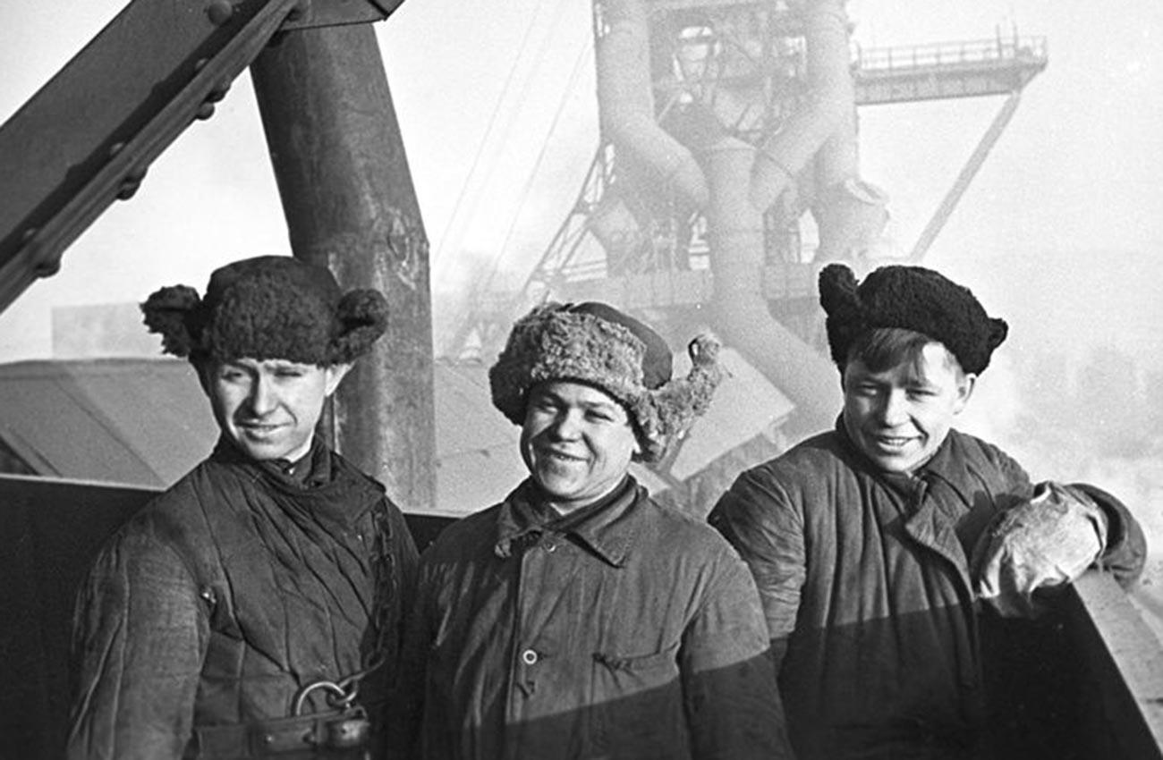 Membres du Komsomol (Organisation de la jeunesse communiste) sur un chantier du Combinat métallurgique de Magnitogorsk en 1943