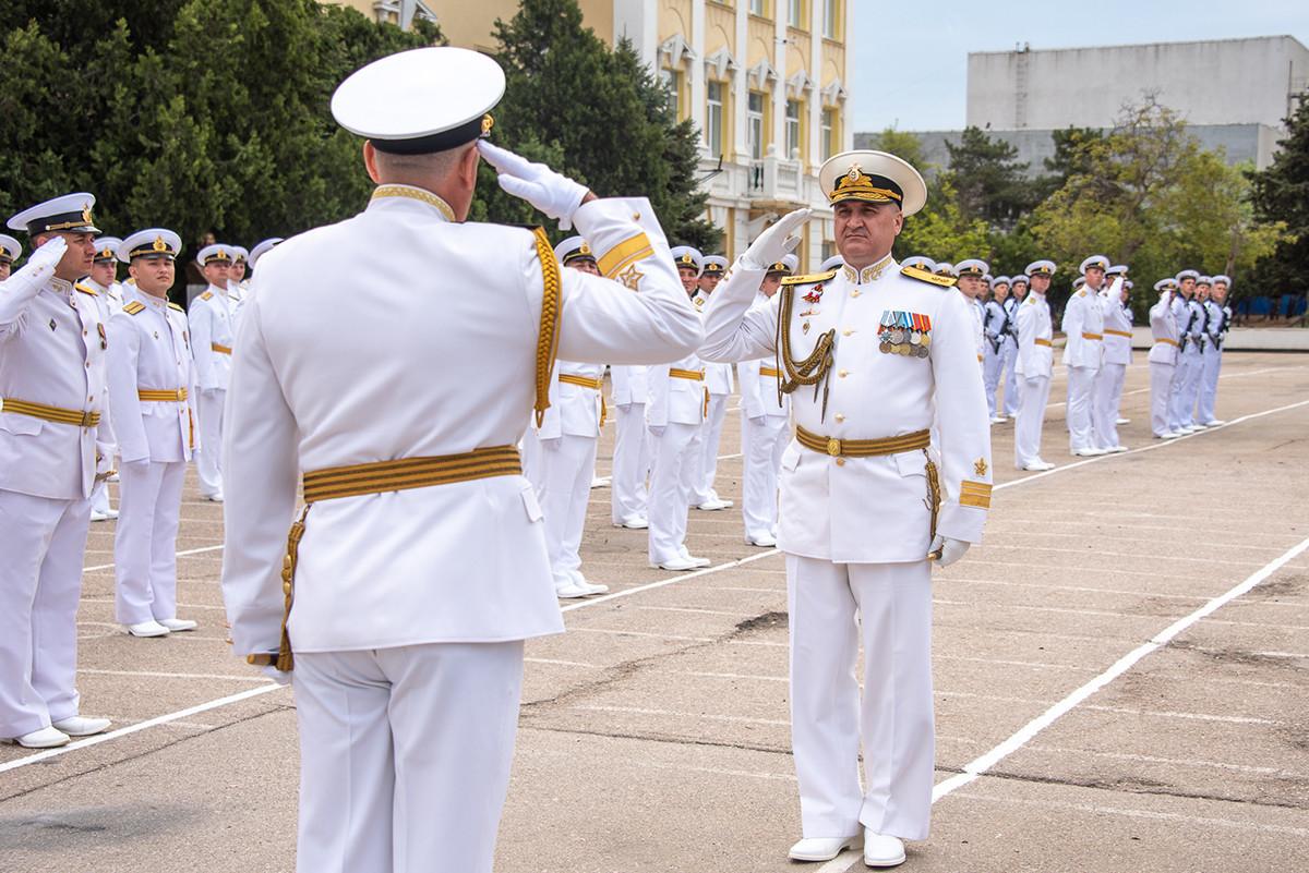 Der Kommandeur der Schwarzmeerflotte, Vizeadmiral Igor Osipow, begrüßt den Leiter der Schwarzmeer Nachimow-Hochschule, Konteradmiral Alexander Grinkewitch