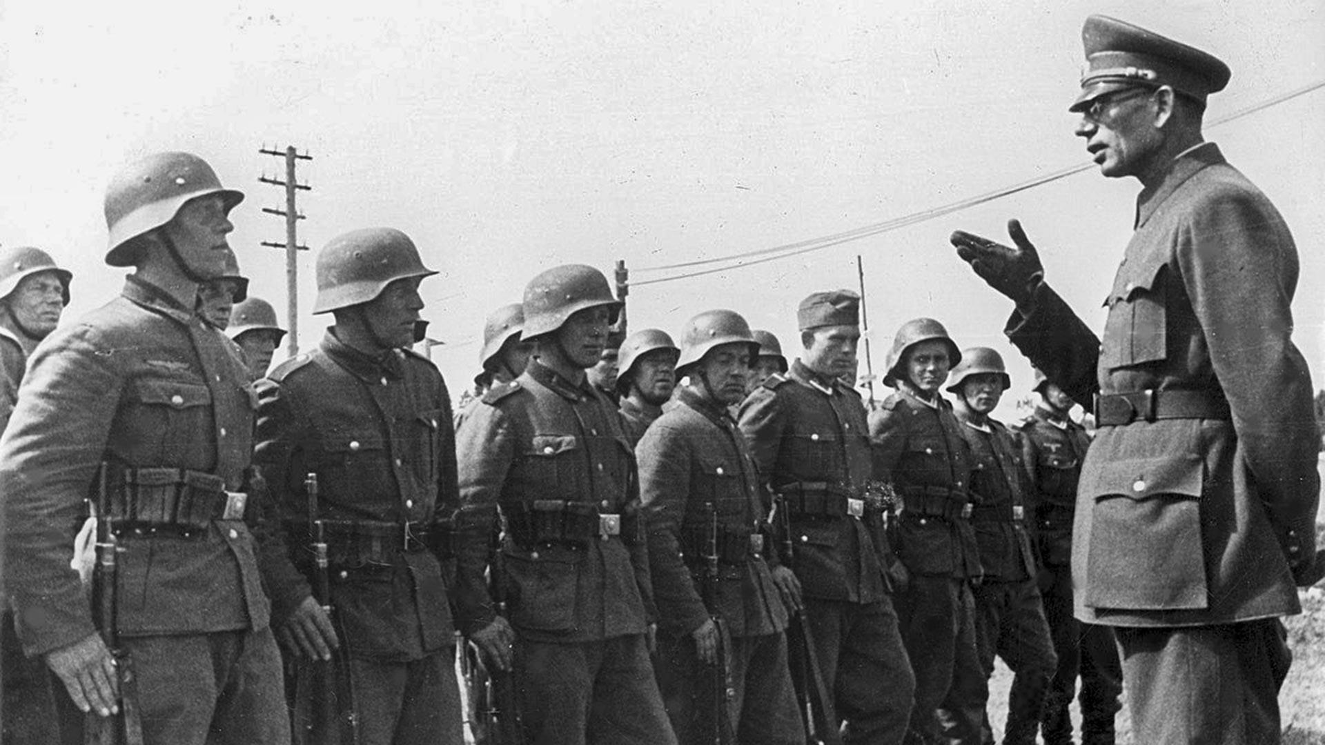 Andrei Wlassow mit den Soldaten der Nationalen Befreiungsarmee Russlands