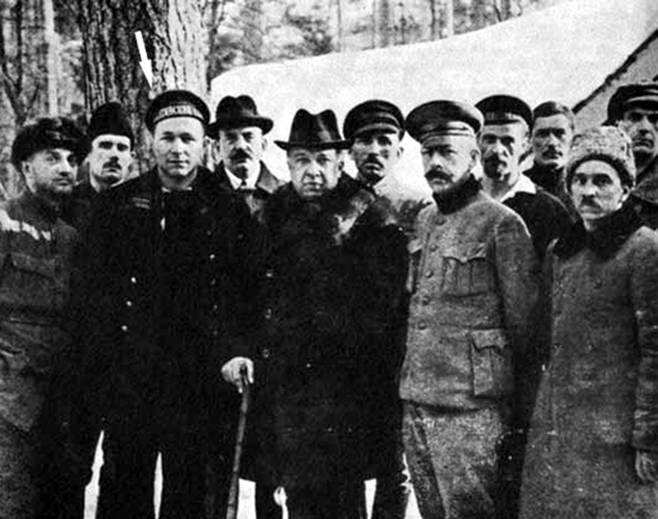 Stepan Petrichenko (tanda panah), pemimpin pemberontakan Kronstadt, di antara oposisi dan emigran Rusia di Finlandia.