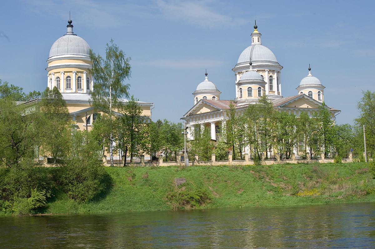 Rivière Tvertsa, quai de Novgorod. Arrière-plan : église de l'Entrée du Christ à Jérusalem (à gauche), cathédrale de la Transfiguration