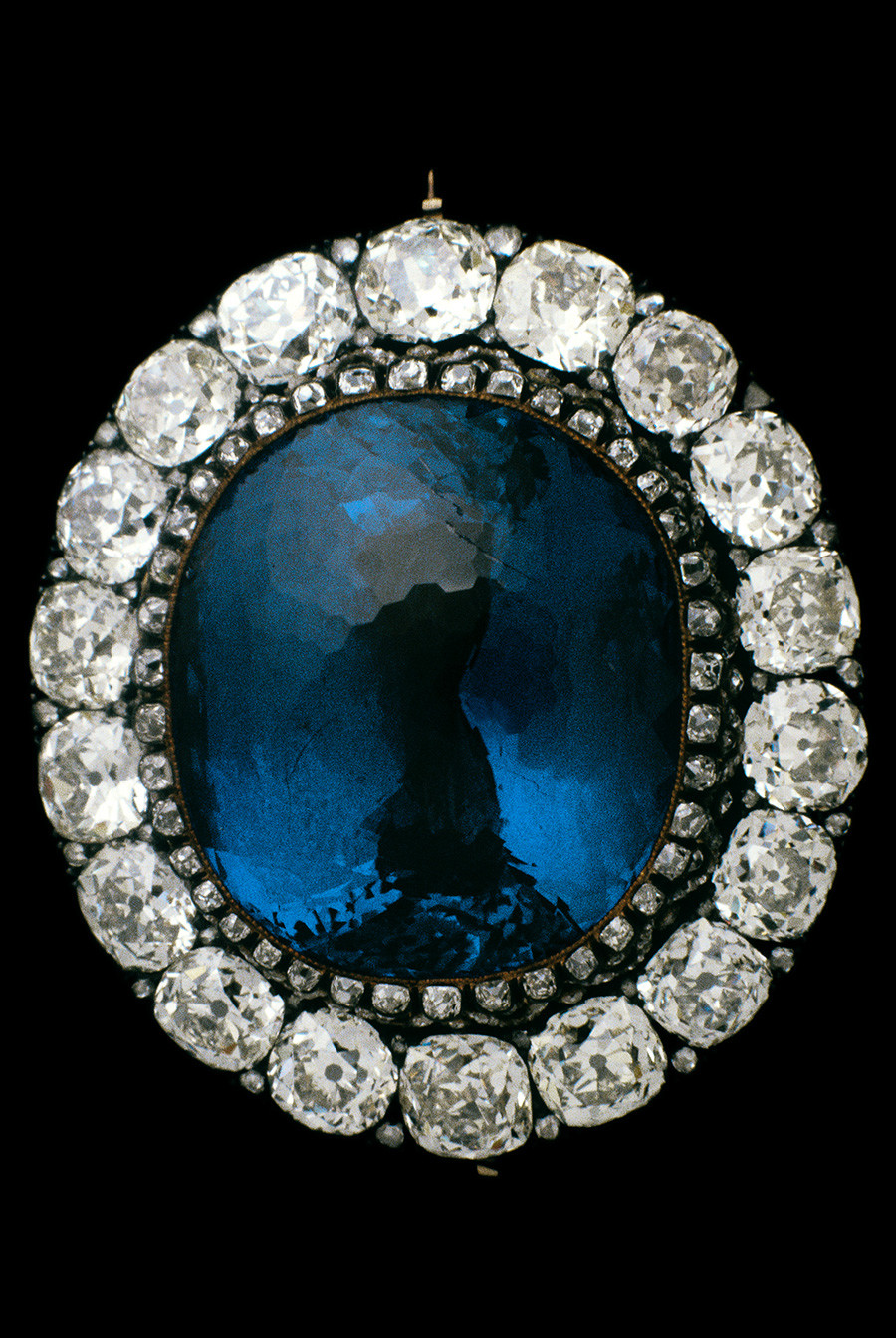 Васильково-синий сапфир из Шри-Ланки – один из семи всемирно известных исторических камней, хранится в Алмазном фонде России.