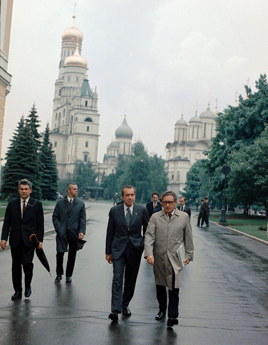 President Richard Nixon, center, walks with National Security Adviser Henry Kissinger, right, inside the Kremlin, May 29, 1972