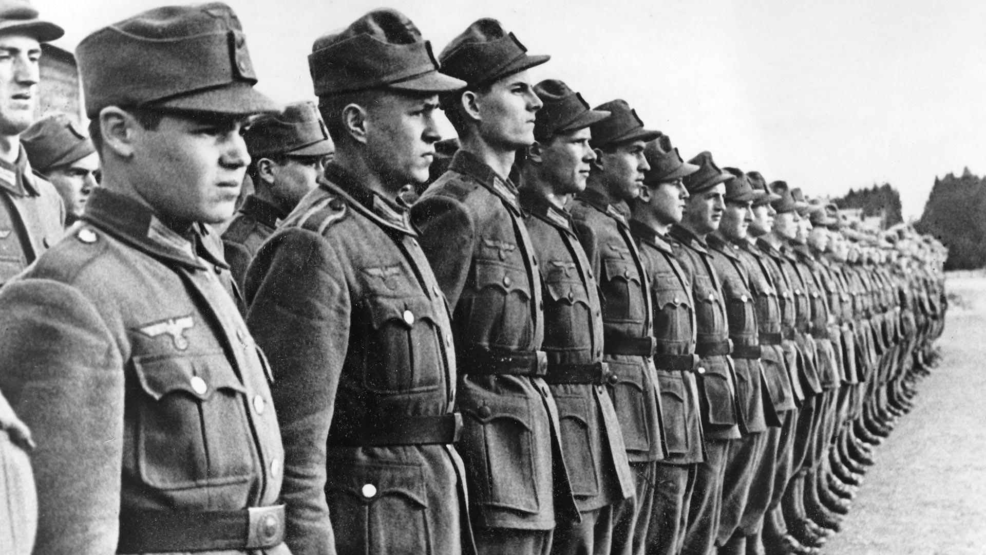 Други светски рат, Хрватска легија 1942. Нацистичка пропаганда приказује Хрватске волонтере који пролазе обуку за пријем у Вермахт. Фотографија је снимљена у јануару 1942. године.