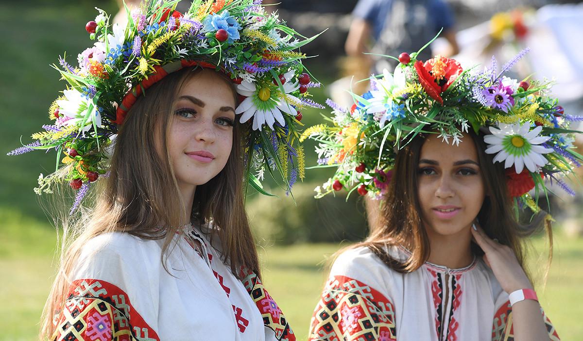 Gadis-gadis Rusia selama perayaan Ivan Kupala.