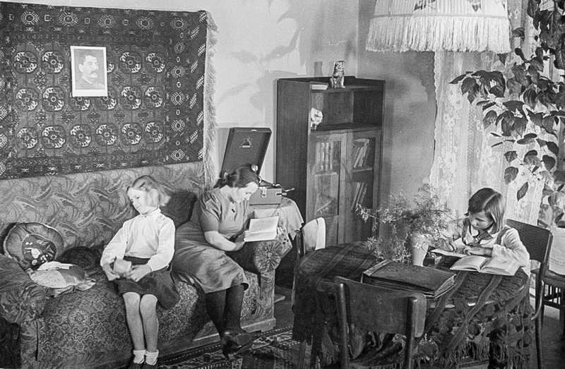 An apartment of a worker's family in Magnitogorsk.