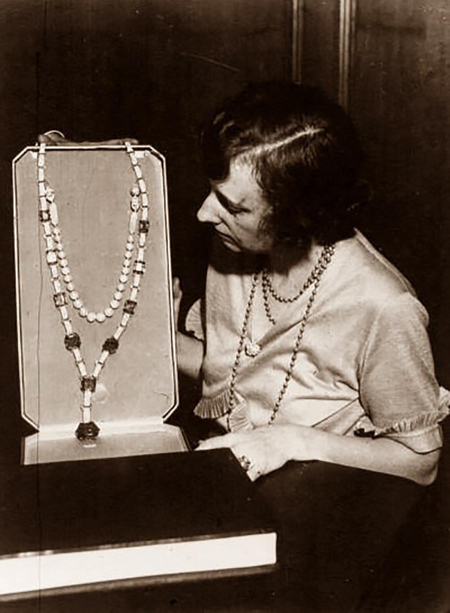 Sebuah sautoir dengan zamrud Maria Pavlovna.