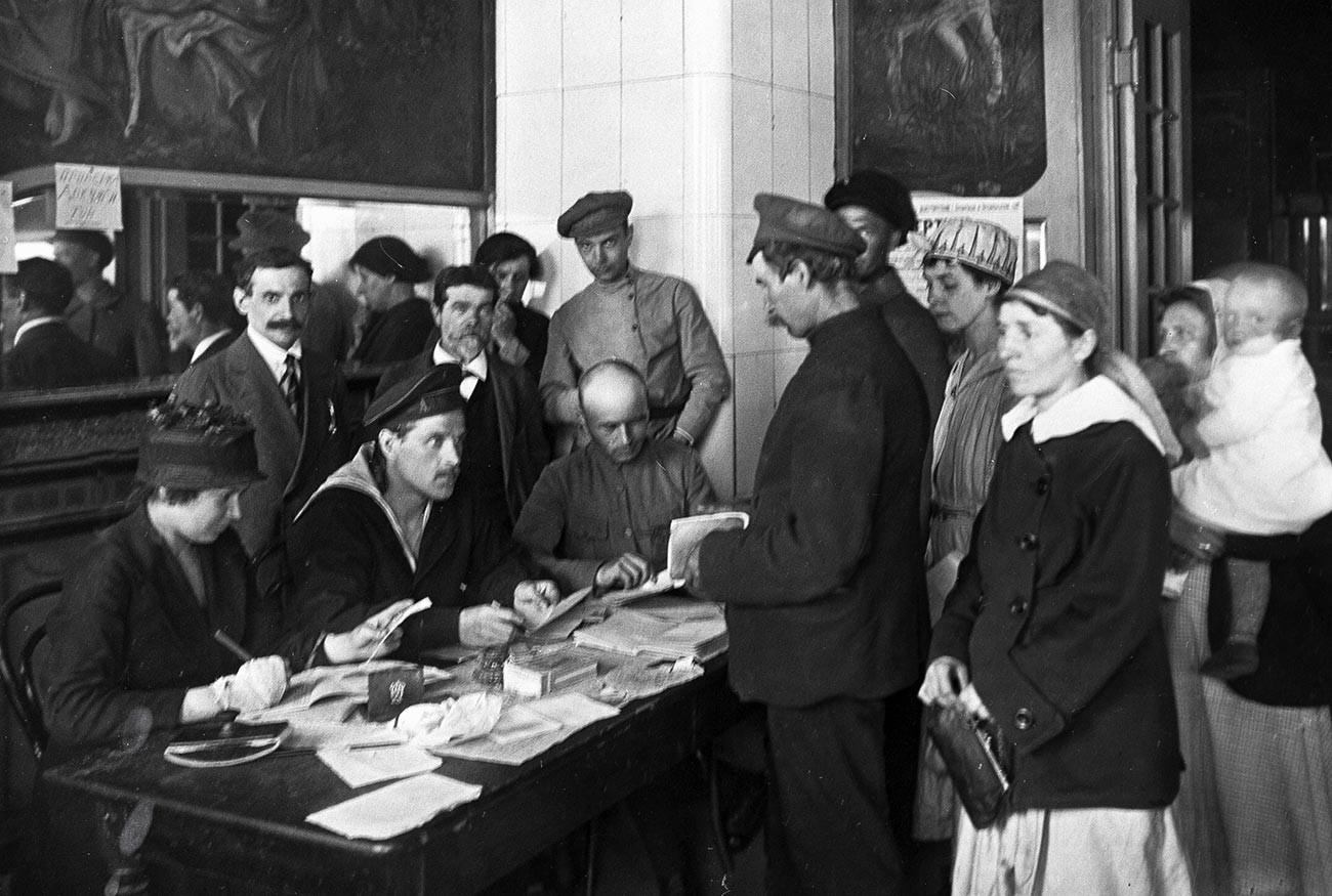 Habitants de Petrograd (ancien nom de Saint-Pétersbourg) recevant leur livret de travail en échange de leur passeport impérial