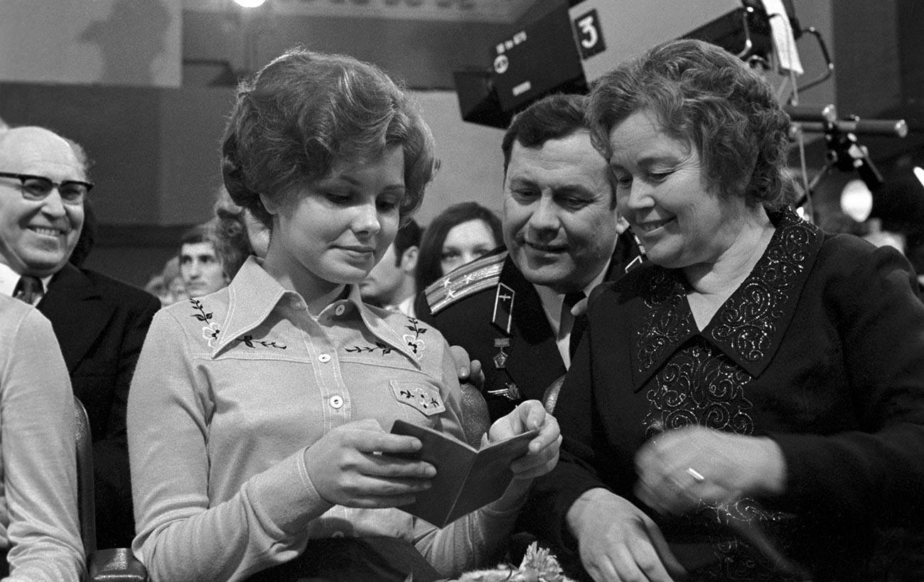 Lena Gagarina, la fille du premier cosmonaute, Iouri Gagarine, recevant son passeport soviétique