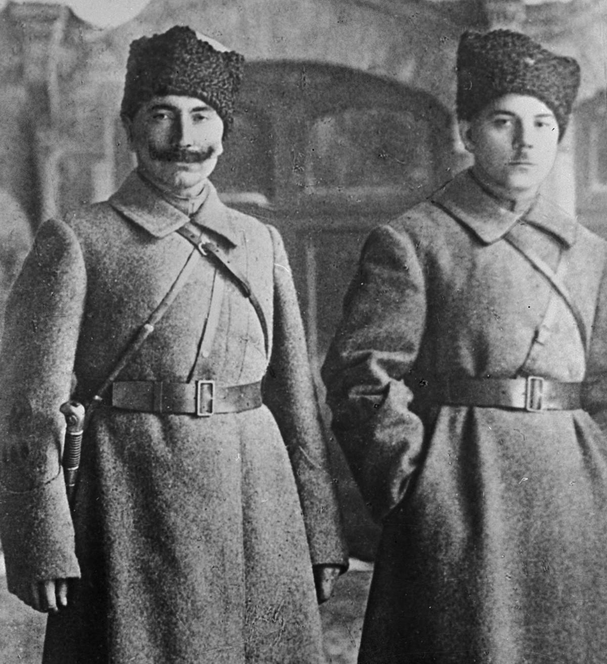 Семен Буденный и Климент Ворошилов в 1918 году.