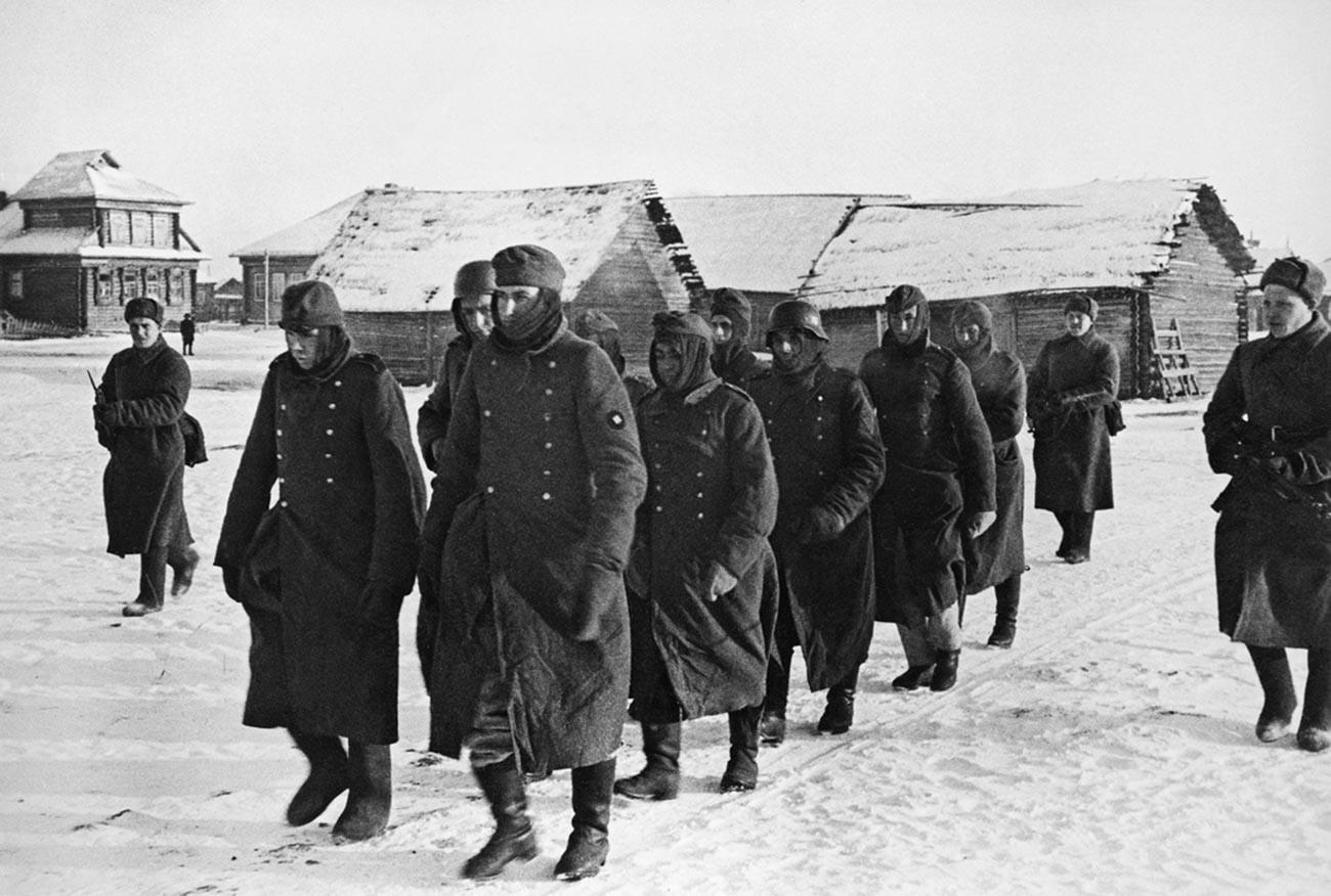 Первые пленные немцы, взятые в день начала наступательных боев под Москвой.