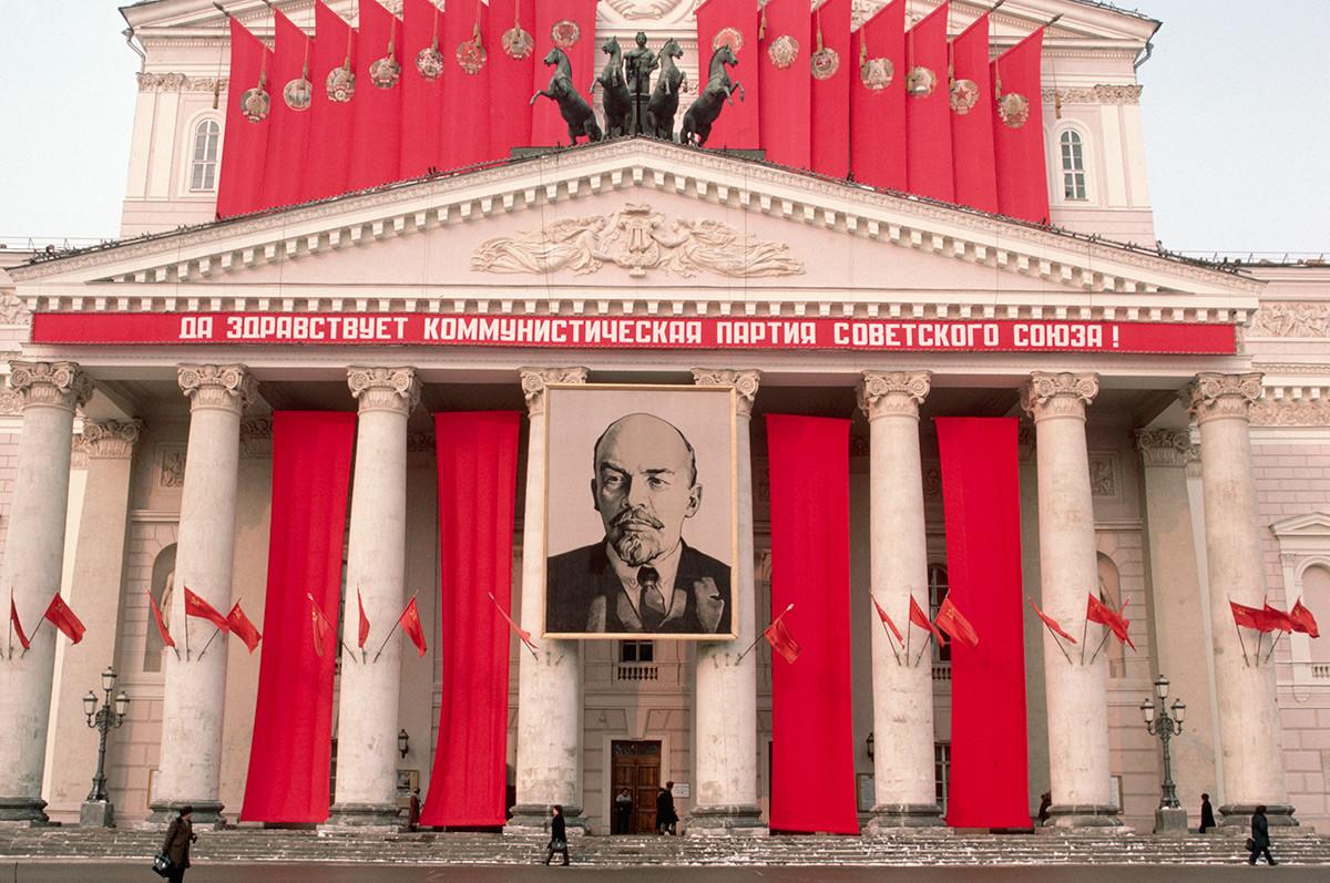ボリショイ劇場に架けられたレーニンの肖像画 (文章は「ソ連共産党よ、永遠なれ!」)