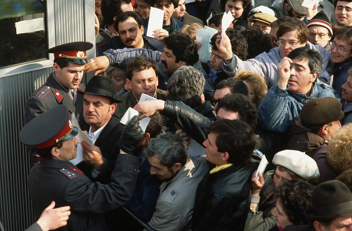 大使館の入り口に集まる外国移住を申請するモスクワ市民たち