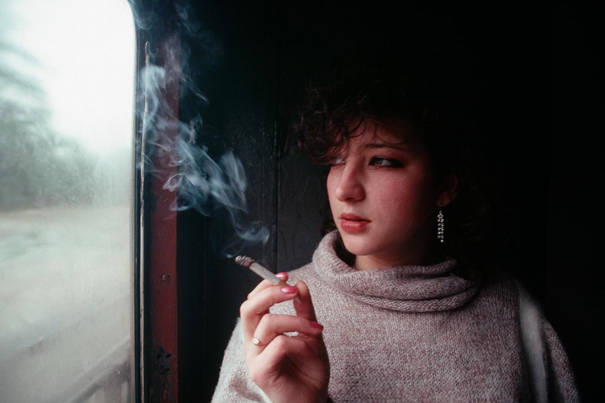 列車でタバコを吸う若い女性