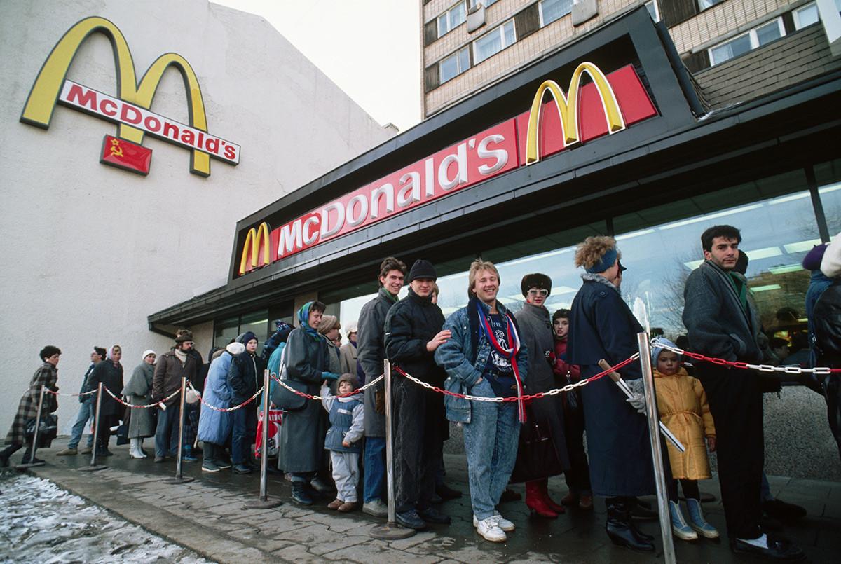 西欧化するロシア。モスクワにオープンしたロシア初のマクドナルドの前にできた行列