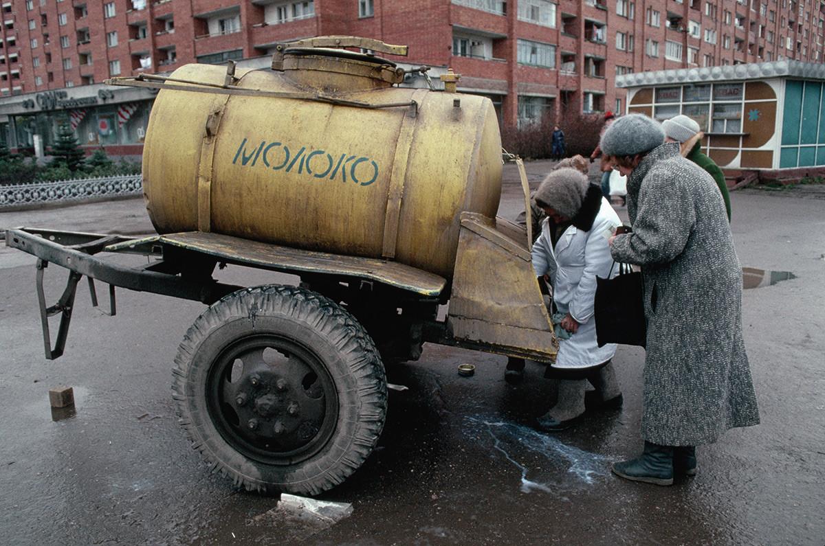 牛乳を買う女性