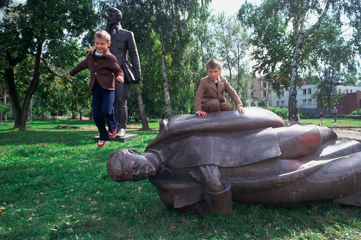 倒される元ソ連指導者の銅像