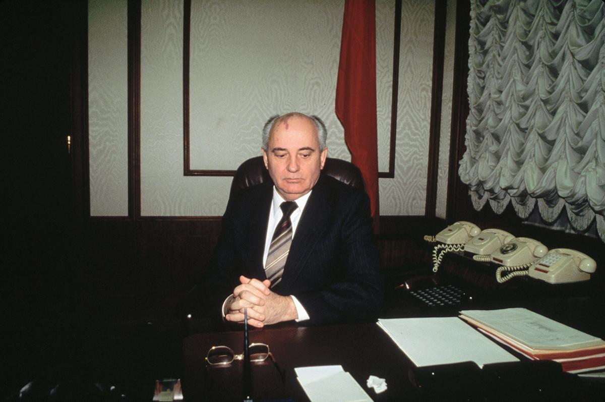 ソ連崩壊直前、執務室の椅子に座るミハイル・ゴルバチョフ