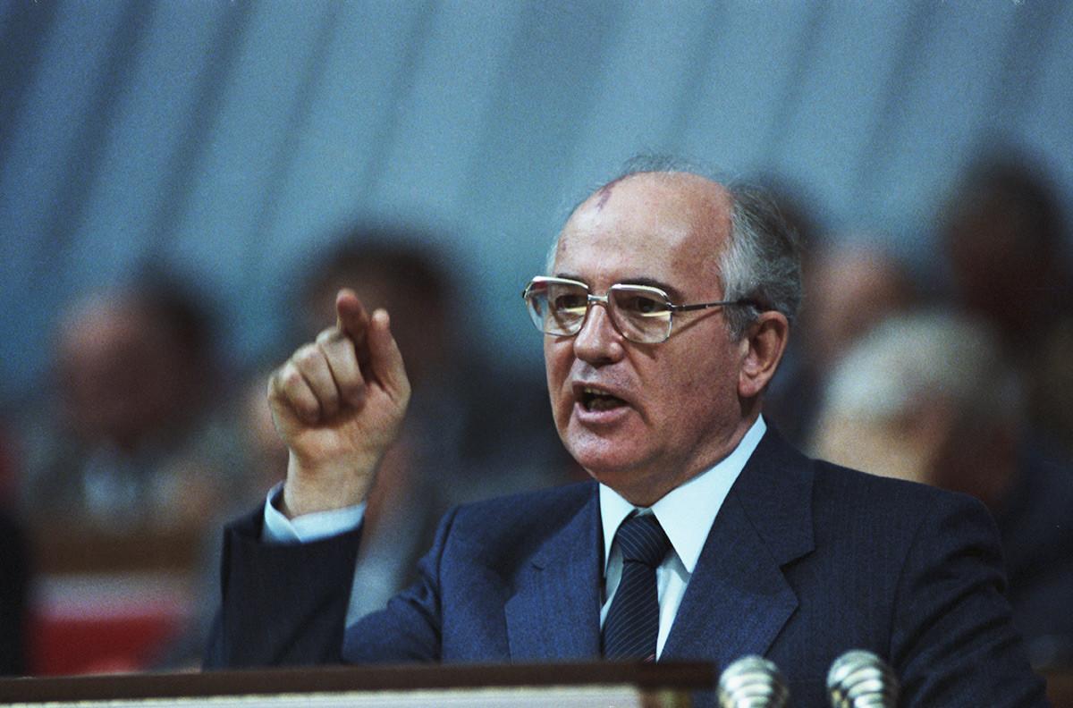 Gorbatschow, der spätere Generalsekretär des KPdSU-Zentralkomitees, hält eine Rede in Moskau